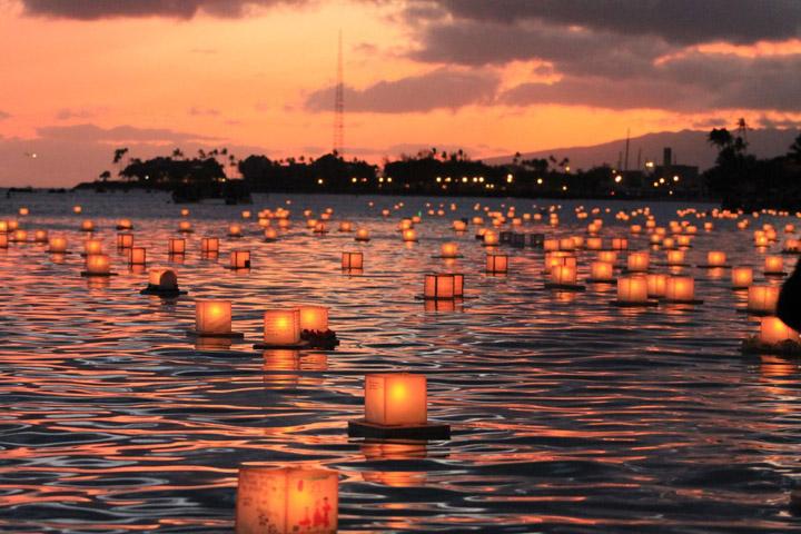 Thả đèn hoa đăng trong lễ hội O-Bon