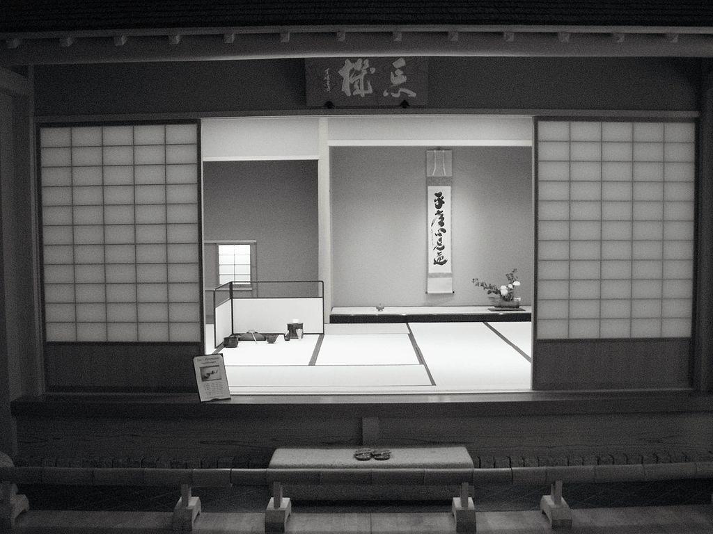 Trà thất trong Văn Hoá Trà Đạo Nhật Bảnthường được làm bằng những nguyên liệu mong manh với lối thiết kế không có vẻ gì là cân đối hay chắc chắn, khiến ta liên tưởng đến cái vô thường và trống rỗng của mọi sự.
